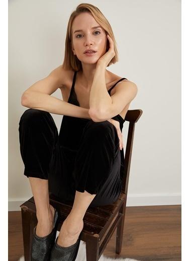 Defacto –Fit Yakası Dantel Detaylı İnce Askılı Kadife Pijama Üst Siyah